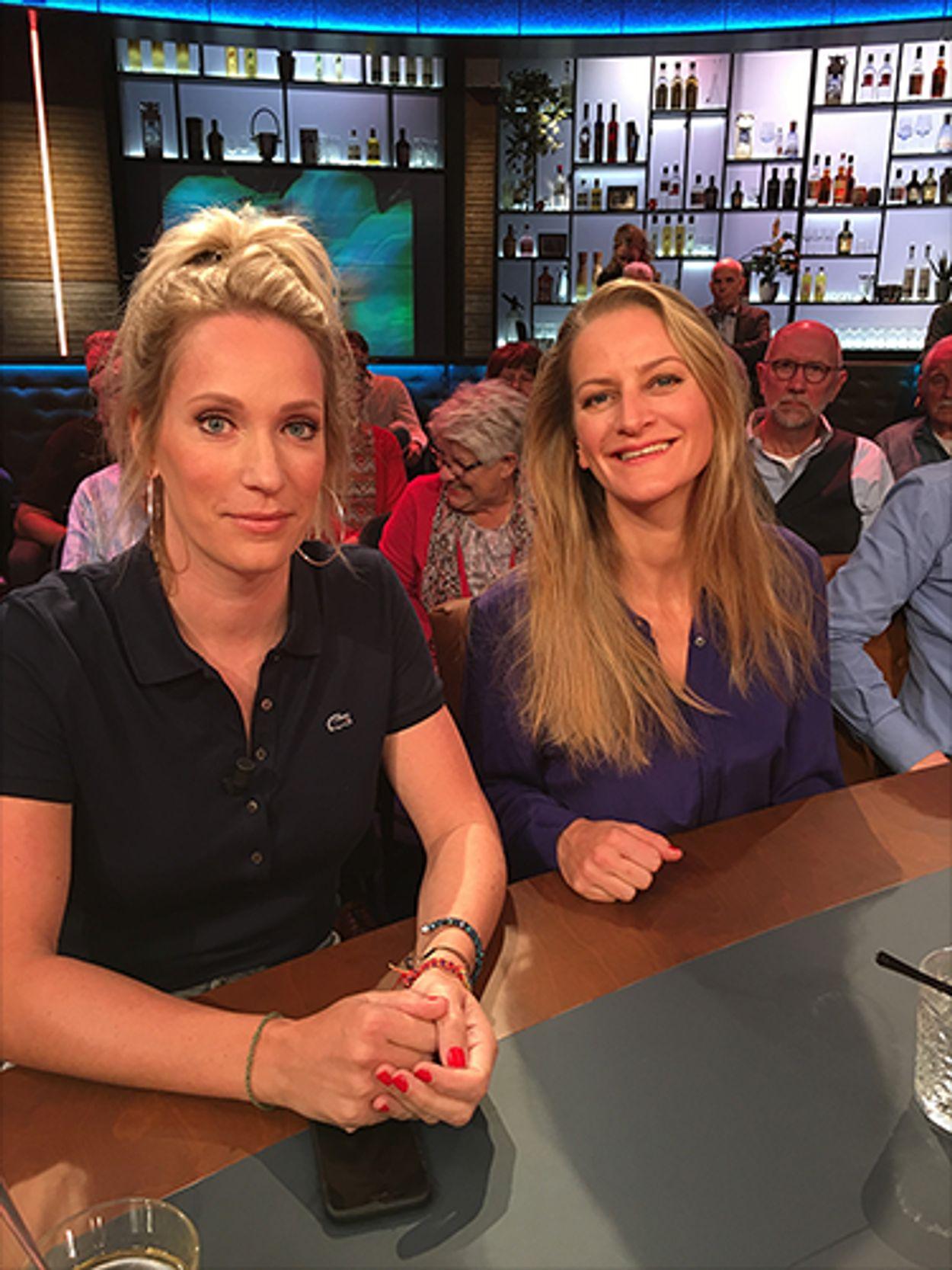 Emilie en Helene aan tafel