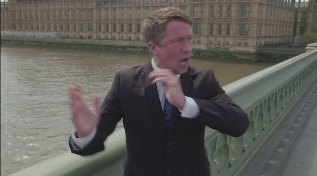 Afbeelding van 'Razende reporter' Jonathan Pie fakkelt Engeland af