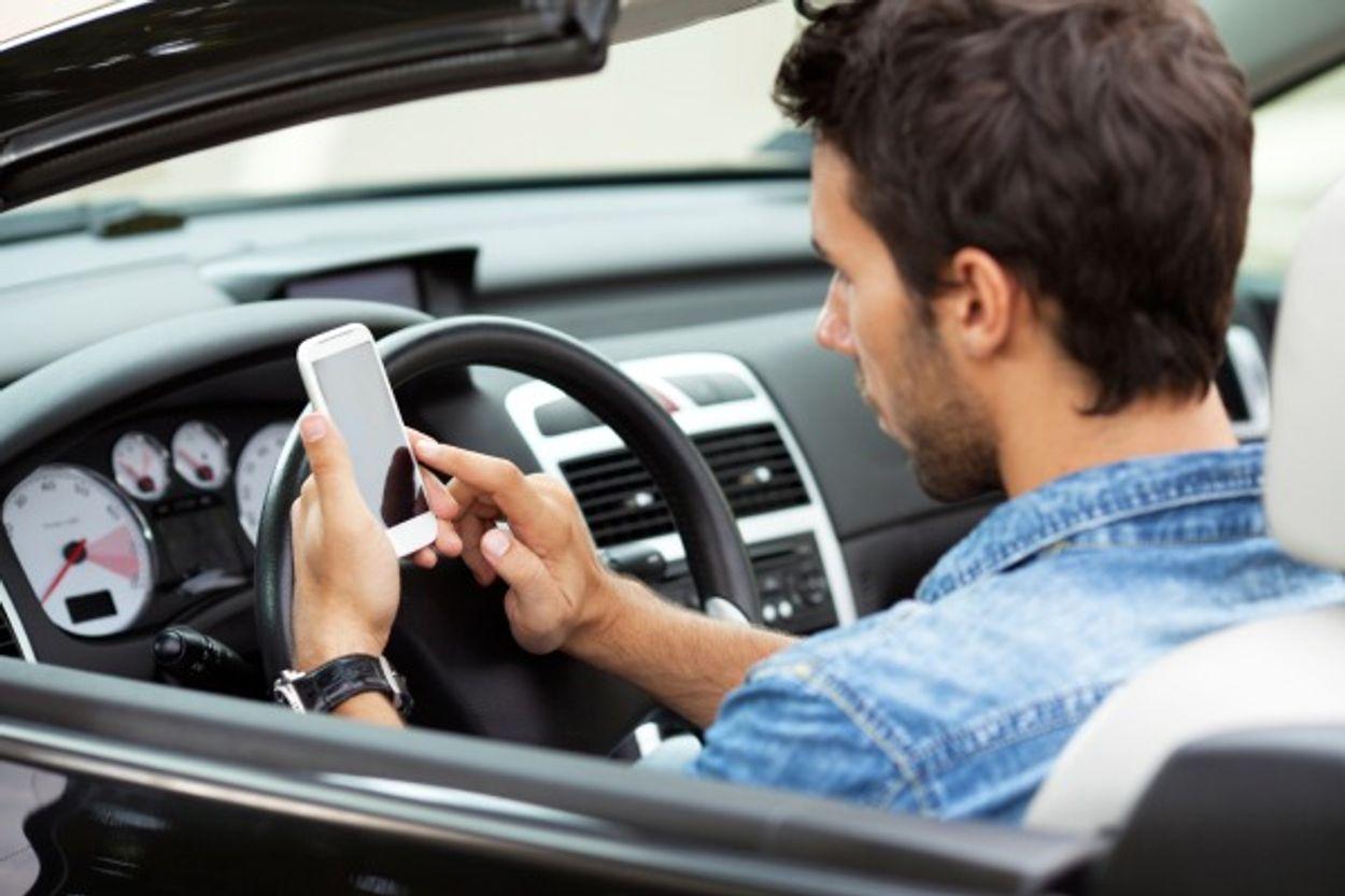 Afbeelding van Kamer wil appen achter het stuur als misdrijf bestraffen