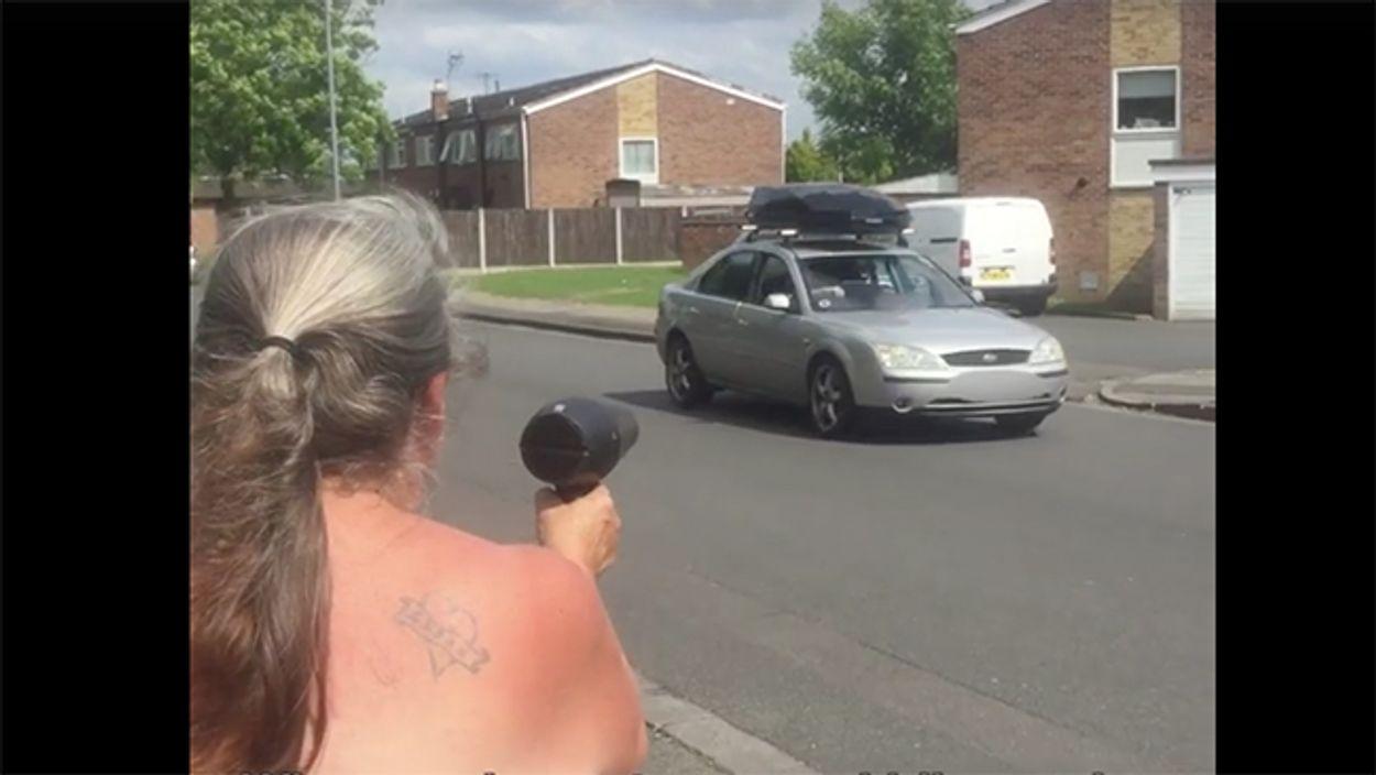 Afbeelding van Deze Britse vrouw pakt hardrijders aan met haar föhn