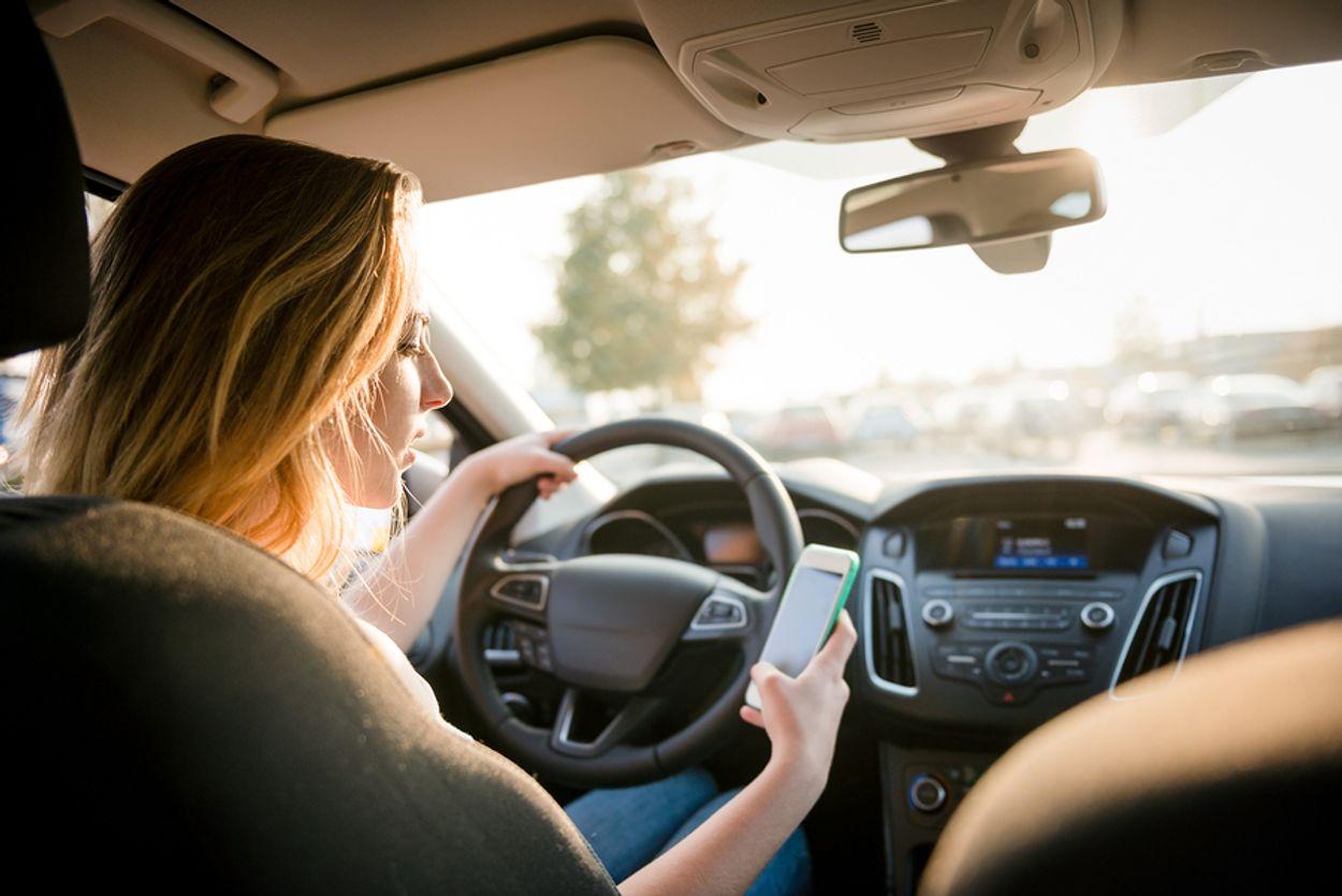 Afbeelding van POLL: Op smartphonegebruik in de auto moet een celstraf komen te staan