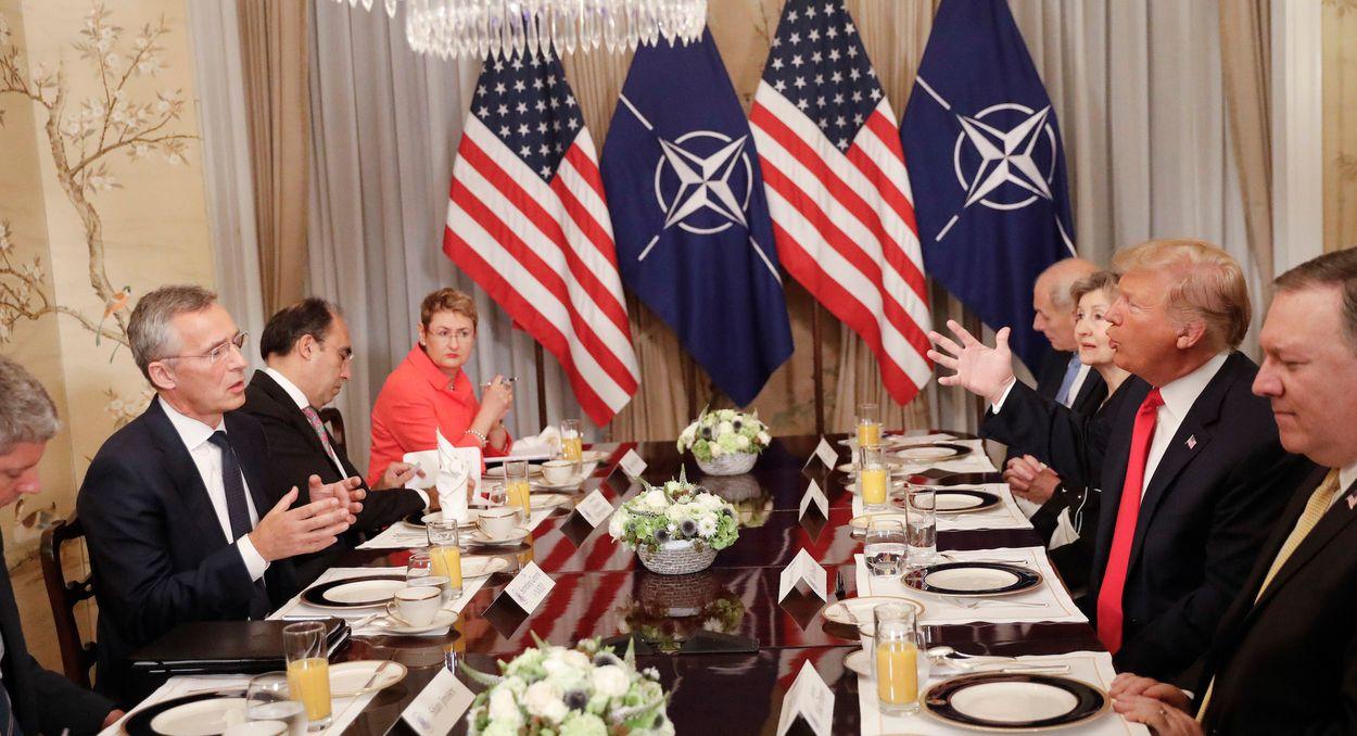 Afbeelding van NAVO-top: Trump valt Duitsland aan; Merkel slaat terug