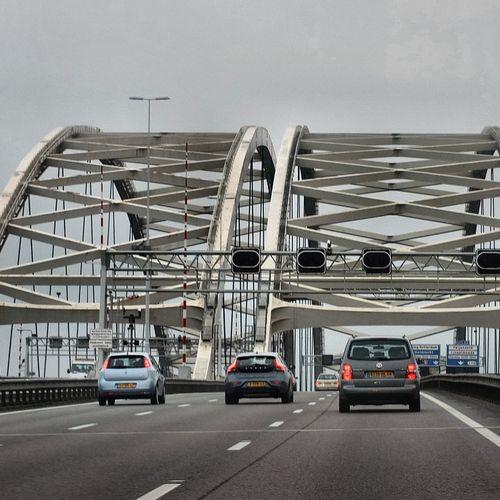 Afbeelding van De gevaarlijkste snelwegbrug van Nederland is vandaag 53 jaar oud